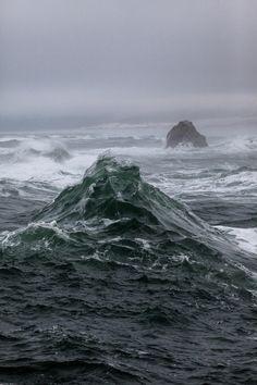 """desdemona29: """"Il mare era in tempesta con onde che parevano pietre scheggiate, tanto erano acuminate da essere taglienti. Mi pareva che il mondo intero stesse provando le mie stesse sensazioni. Arthur Golden Memorie di una gheisha """""""