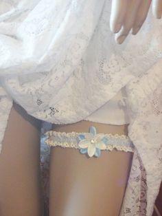 Jarretiére de mariée mariage soirée, dentelle ivoire bleu fleurs de satin