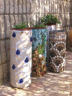 Garden Art DIY: Planters made from plastic PVC tubes and mosaic ti. Yard Art, Mosaic Projects, Mosaic Crafts, Garden Crafts, Diy Garden Projects, Pipe Diy Projects, Pvc Pipe Crafts, Mosaic Tiles, Mosaic Planters
