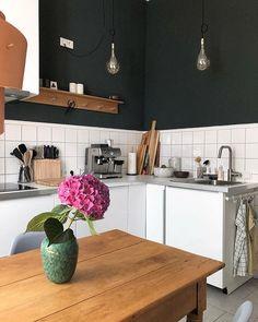 Farbtupfer in der Küche - violette Hortensie auf dem Holztisch