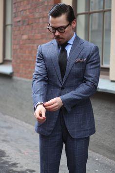 オンはスーツというビジネスマンの方が多いと思います。 スーツでオシャレを発揮するのは難しい!と感じていらっしゃる方も多いのではないでしょうか?今回はスーツの中でもネイビーに並んで日本人に似合うとされるグレースーツの着こなしを紹介します!!!