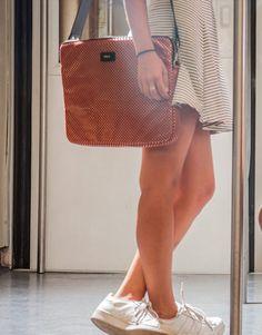 funda-portatil-marrón-polkadots-3 Back To School, Tote Bag, Bags, Fashion, Laptop Sleeves, Handbags, Moda, Fashion Styles, Totes