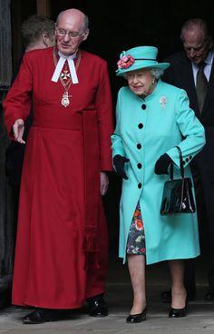 La reina eligió el color celeste para su tapado y sombrero, mientras que optó por una estampa floral para su vestido
