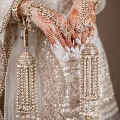 For how every single element of this bride's look complement each other, this portrait is surely a bliss amidst the Pakistani Bridal Jewelry, Indian Bridal Jewelry Sets, Bridal Bangles, Bridal Accessories, Jewelry Accessories, Indian Accessories, Bridal Sandals, Fashion Accessories, Bridal Jewellery Inspiration