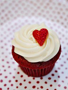 Deliciosos cupcakes de red velvet con betún de queso crema, ideal para San Valentín.