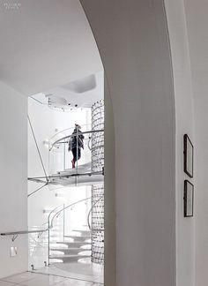 Eva Jiricna's elegant spiral staircase inside London's landmarked Somerset House, a neoclassical building from 1776. #design #interiordesign #interiordesignmagazine #architecture #staircase #spiral