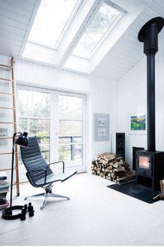 På en 14.000 m² stor kuperet naturgrund på Hornsherreds højeste punkt, med udsigt så langt øjet rækker, har ægteparret Inge Plank og Ole Beckman realiseret drømmen om et helårshus med alle fritidshusets kvaliteter. Vi er taget til Skibby for at se nærmere på det hus, der løb med førstepladsen og de 100.000 kr. i DR's store Danmarks Skønneste Hjem-konkurrence