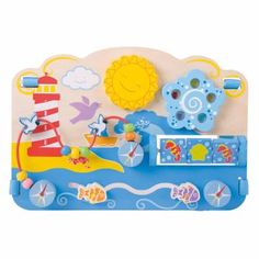 Speel, ontdek en leer met dit mooie houten zee activiteitenbord. Op dit vrolijke bord is van alles te ontdekken, te verschuiven en aan te raken. Draai aan de zon of aan de blauwe bloem. Draai de drie blokjes om en probeer drie zeepaardjes of 3 schelpjes naast elkaar te krijgen. Laat de visjes heen en weer zwemmen en beweeg de kralen en zeemeeuwen over de draad. Er valt genoeg te ontdekken en te leren met dit mooie vrolijke bord! Inclusief riemen om dit bord vast te maken aan je bedje of box.
