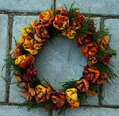 Dörrkrans av lönnlöv. Perfekt att ha på dörren kring Alla Helgonas dag när sommarblommorna vissnat och man vill pynta trädgården i väntan på vinter och jul. Xmas Wreaths, Door Wreaths, Christmas Tree Ornaments, Desi Wedding Decor, Autumn Crafts, Pumpkin Crafts, Diy Interior, Diy Wreath, Diy Flowers