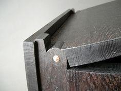 Cleft Box Hinge in Oak. dettaglio statola in legno di olmo. Woodworking Box, Woodworking Techniques, Woodworking Projects, Wooden Hinges, Box Hinges, Diy Projects To Try, Wood Projects, Wood Joints, Little Boxes