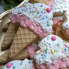 Ice cream cone decorated cut-out cookies with pastel sprinkles, by Teri Pringle Wood. Ice Cream Cookies, Fancy Cookies, Iced Cookies, Cute Cookies, Cupcake Cookies, Ice Cream Cone Cake, Iced Biscuits, Cookies Et Biscuits, Cookie Icing