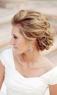 Gorgeous wedding hairstyle for short hair. Great for both vintage or modern themed wedding. http://www.weddingforward.com/wedding-hairstyle-ideas-for-short-hair/ #weddinghairstyles #bridalhairstyles
