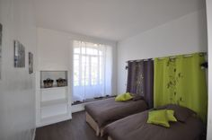 Chambre avec lit double Oversized Mirror, Curtains, Furniture, Home Decor, Wisteria Tree, Double Beds, Colors, Bedroom, Blinds
