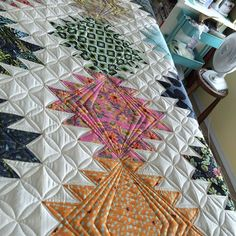 Finally quilting my #peaksandvalleys quilt.  Pattern and fabric are by @tulapink…