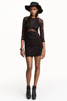 Dress in lace and mesh: Short, fitted dress in lace and mesh with 3/4-length sleeves. Partly lined in jersey.