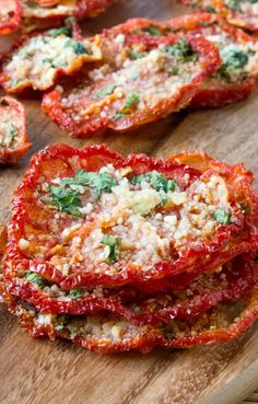Crispy Parmesan Tomato Chips low carb gluten free and amazing! Easily made in your oven or dehydrator! - Sugar Free Mom Crispy Parmesan Tomato Chips low carb gluten free and amazing! Easily made in your oven or dehydrator! Veggie Dishes, Vegetable Recipes, Vegetarian Recipes, Vegetable Snacks, Healthy Snacks Vegetables, Healthy Snacks Savory, Garden Tomato Recipes, Baked Tomato Recipes, Tomato Dishes