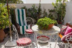 165-37 Outdoor Balcony, Outdoor Rooms, Outdoor Furniture Sets, Outdoor Decor, Small Courtyard Gardens, Small Courtyards, Hydrangea Care, Hydrangea Flower, Patio Interior