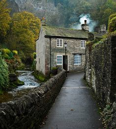 Cottage by the river.  Castleton, Derbyshire, UK.