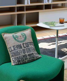 100% toile de jute de sacs de café recyclés. Inscriptions d'origine des sacs. Rembourrage en fibres siliconnées. Made in Nantes.  Dimensions : 43X43cm Forme : Carré