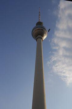 La Torre della Televisione è il simbolo per eccellenza di Berlino   dall alto del suo satellite è possibile ammirare il panorama più bello della  città. 0b9ffe4374f