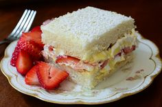 Strawberries and Cream Cake_Luscious layers of white cake filled with creamy pudding, whipped cream, and fresh strawberries. Mothers Day Desserts, Summer Desserts, Just Desserts, Delicious Desserts, Casata Cake, Cupcake Cakes, Party Cupcakes, Homemade White Cakes, Cake Recipes