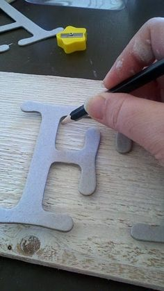 Trace CARDBOARD letters from the craft store and paint for board signs. Diy Projects To Try, Wood Projects, Woodworking Projects, Craft Projects, Craft Ideas, Woodworking Furniture, Fine Woodworking, Arte Pallet, Wood Crafts
