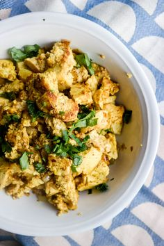 Scrambled tofu er ikke eggerøre, og smaker ikke som eggerøre, men er det himla god frokost? Ja, det er det. Tofu Scramble, Curry, Chicken, Meat, Ethnic Recipes, Green, Food, Curries, Essen