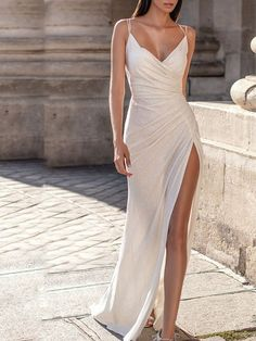 Product: White Suspenders Tight-fitting Pleated Long Gown Garment Type: Dress Occasion: Evening, Party Style: Sexy Sleeve Type: Spaghetti Theme: Full Material: Polyester Size: S, M, L, XL, XXL Please Note: All Dimensions Are Measured Manually With A Deviation Of 1 To 3cm. Pretty Prom Dresses, Beautiful Dresses, Dress Prom, Elegant Formal Dresses, Cute Dresses For Party, Formal Skirt, Wedding Party Dresses, Minimalist Gown, Minimalist Dresses