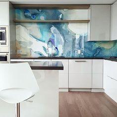 Design minimalista com cobertura de aquarela e vidro na cozinha! Modern Kitchen Backsplash, Kitchen Tops, Glass Kitchen, Kitchen Design, Backsplash Ideas, Backsplash Tile, Kitchen Ideas, Splashback Ideas, Kitchen Walls