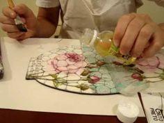 Mosaico y Decoupage. En la pieza base negra, capa de base para mosaico, con verniz vitral blanco hacer l mosaico, dejar secar, capa de cola para decoupage, pegar la servilleta y sellar con laca paper, hidrolaca brillante o vidrio liquido.