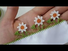 Yapraklı Papatya Tığ Oyası Yapımı Crochet Blocks, Crochet Borders, Crochet Stitches, Knit Crochet, Crochet Patterns, Creative Embroidery, Hand Embroidery, Knit Shoes, Needle Lace