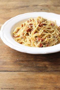 Penne im Topf: Spaghetti mit Mozzarella - Sauce und getrockneten Tomaten