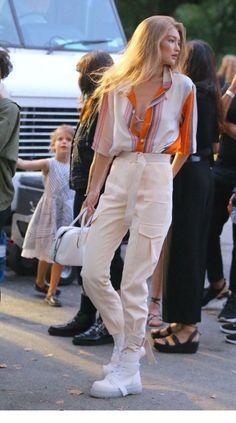 Gigi Hadid looks stunning in Ralph Lauren clothes. Buy it right now Gigi Hadid looks stunning in Ralph Lauren clothes. Gigi Hadid Looks, Style Gigi Hadid, Bella Gigi Hadid, Gigi Hadid Outfits, Gigi Hadid Fashion, Fashion Casual, Trendy Fashion, Fashion Outfits, Fashion Hacks