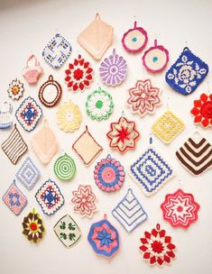 Pretty free vintage crochet potholder, hot pad and dishcloth patterns.