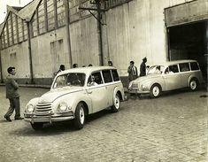O primeiro automóvel brasileiro deixa a linha de montagem do bairro do Ipiranga, em São Paulo.