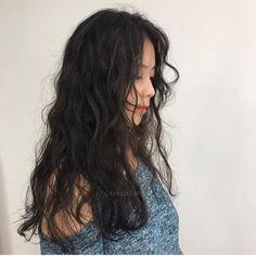 Long Hair With Bangs, Long Curly Hair, Korean Wavy Hair, Medium Hair Styles, Curly Hair Styles, Hair Straightener And Curler, Ulzzang Hair, Hair Highlights, Chunky Highlights