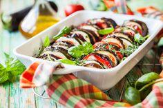 Préparation : 1. Préchauffez le four à 200°C. Rincez tous les légumes et coupez les en rondelles d'épaisseur moyenne, sans les éplucher. 2. Disposez-les dans un plat à gratin en rangées bien …