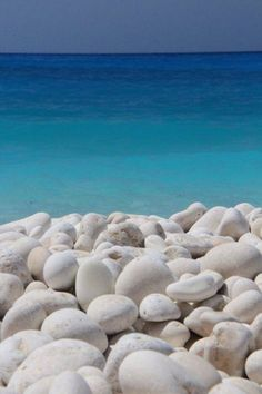 Myrtos Beach Kefalonia Island Greece I love Greece. But look at those rocks. Oh what I could paint. Must go to Greece. Dream Vacations, Vacation Spots, Places To Travel, Places To See, Myrtos Beach, Foto Top, Greek Islands, Belle Photo, Beautiful Beaches