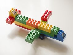 Laat de kinderen vliegtuigen maken van duplo. Ze kunnen hun eigen vliegtuig ontwerpen, of een voorbeeld nabouwen. Leuk voor bij het thema vliegtuigen! Transportation Preschool Activities, Transportation Crafts, Lego Activities, Craft Activities For Kids, Toddler Activities, Lego Duplo, Airplane Crafts, Lego Challenge, Lego City Sets