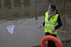 Lijsttrekker Eva van Esch bij de Utrechtse grachten voor dieren in nood