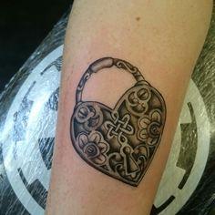 un tatuaggio a forma di lucchetto-cuore con delle decorazioni all'interno Skull, Tattoos, Shape, Tatuajes, Tattoo, Tattos, Skulls, Sugar Skull, Tattoo Designs