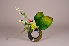 Contemporary Flower Arrangements, White Flower Arrangements, Ikebana Flower Arrangement, Japanese Floral Design, Japanese Flowers, Japanese Art, Art Floral, Ribbon In The Sky, Ikebana Sogetsu