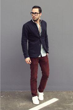 Den Look kaufen: https://lookastic.de/herrenmode/wie-kombinieren/sakko-dunkelblaues-langarmhemd-hellblaues-jeans-dunkelrote-niedrige-sneakers-weisse/219 — Dunkelblaues Sakko — Dunkelrote Jeans — Weiße Niedrige Sneakers — Hellblaues Chambray Langarmhemd