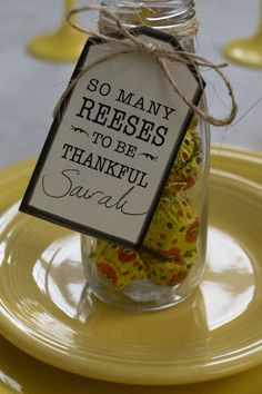 To diy a creative place card for your Thanksgiving table setting, use Reese's Peanut Butter Cups, milk bottles or jars, and these FREE printable tags. They double as party favors that your guests will be thrilled to take home. Thanksgiving Teacher Gifts, Thanksgiving Favors, Thanksgiving Place Cards, Thanksgiving Table Settings, Thanksgiving Parties, Thanksgiving Decorations, Fall Teacher Gifts, Halloween Teacher Gifts, Family Thanksgiving