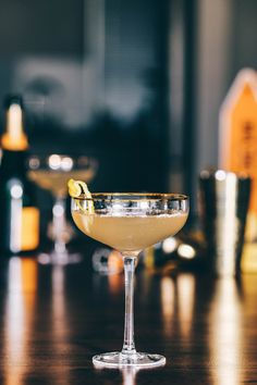 The complex history and simple recipe of the French This classic prohibition cocktail will blow you away! Gin Lemon, French 75, Wmbw, Cocktails, Drinks, Alchemy, Champagne, Easy Meals, Bar