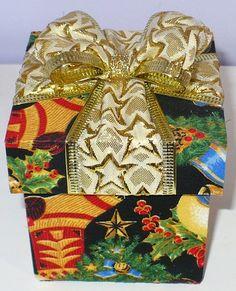 Caixa mdf revestida com tecido com motivos natalinos, decorada com laço de fita de natal. Cabe um mini panetone da bauducco sem a embalagem de fábrica (caixa de papelão). www.nikiatelier.elo7.com.br