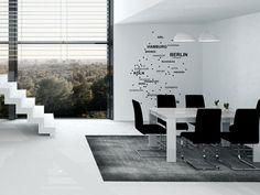 Designer Wohnung in schwarzweiß | So könnte es aussehen: Teppich, Stühle und Wandgestaltung passen ins anspruchsvolle Gesamtbild. Mit dabei: die stilisierte Deutschlandkarte als Wandtattoo.