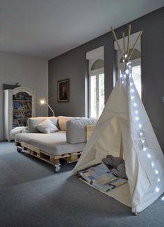meubles en palettes de bois- canapé sur roulettes et tipi en draps avec lumières