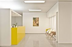 Interior work in Praxis. Modest white, design classics creates a pleasant, discreet and professional atmosphere. Medical Office Design, Dental Office Design, Interior Work, Interior Architecture, Interior Design, Waiting Room Decor, Waiting Rooms, Led Spots, Podiatry