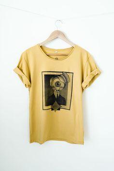 #tshirt #cabecadeolho Camiseta estampada Tamanho M Cor Mostarda Composição 100% algodão // Produto disponível também no tamanho P  na cor preta e tamanho G na cor cinza // $80